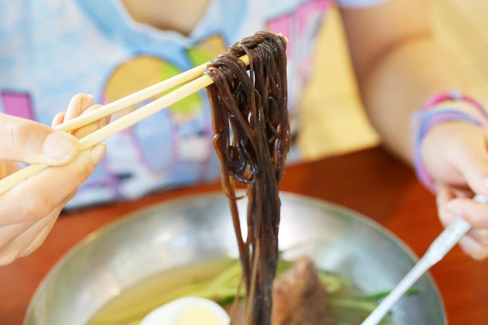 麺通必訪! 暑い日にはしゃりしゃり冷麺、寒い日には激辛温麺を食べるべし!