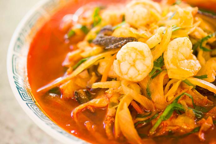 麺通必訪! 暑い日にはしゃりしゃり冷麺、 寒い日には激辛温麺を食べるべし!