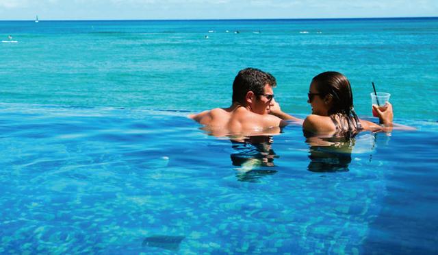 空と海とプールが一体化!?唯一無二の眺めを堪能できる極上プール