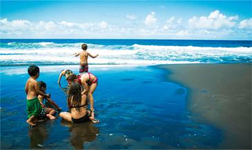 ディープブルーの海と漆黒の砂浜。<br />ハワイのビーチの概念が変わる!?