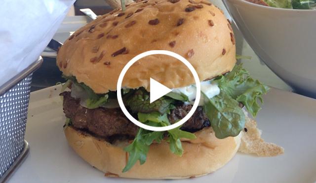 人気ホテルバーは「トリュフバーガー」が美味しい!