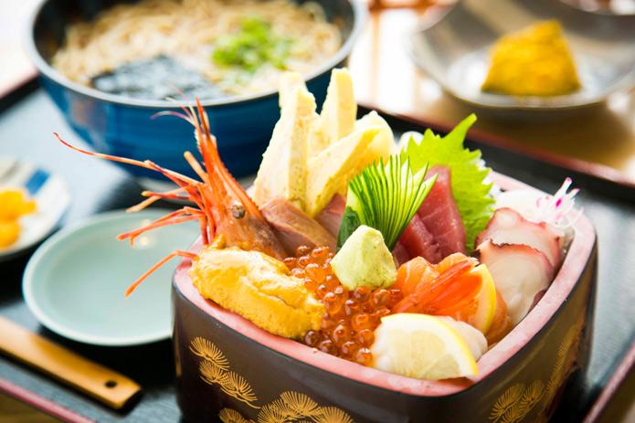 ウニにイクラ、エビにホタテ!オアフ島一の海鮮丼が食べられる意外な場所。