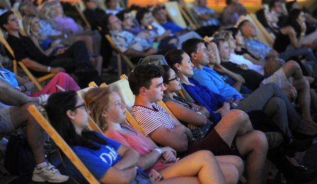 毎月第2木曜は入場無料のハワイ・ワードビレッジ主催「コートヤード・シネマ」へ