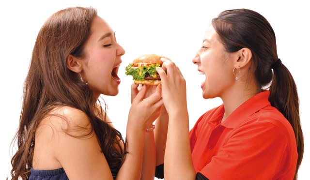 コンテスト優勝者にハンバーガー100食分プレゼント!テディーズ表参道店で開催「第1回 ハンバーガーかぶりつきコンテスト」